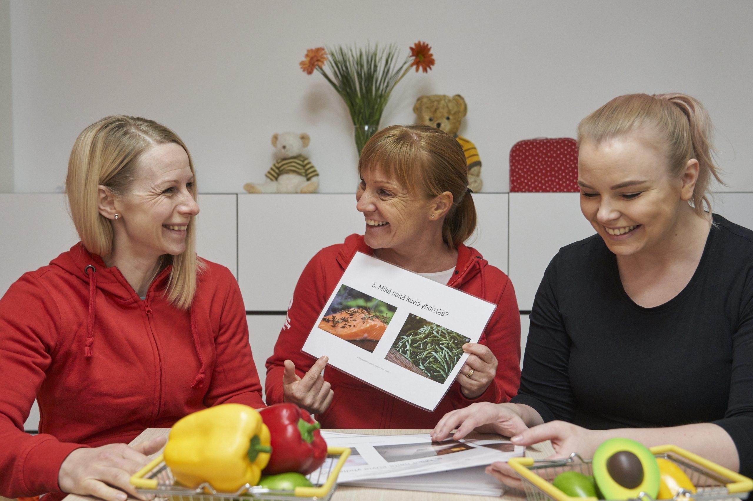 Apetta aivoille - avaimia aivoterveyteen -hankkeen työntekijät; Kirsi, Johanna ja Marianna